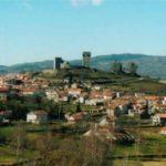 Montalegre y su castillo sobre verdes colinas