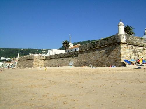 Fuerte de Santiago en medio de las playas